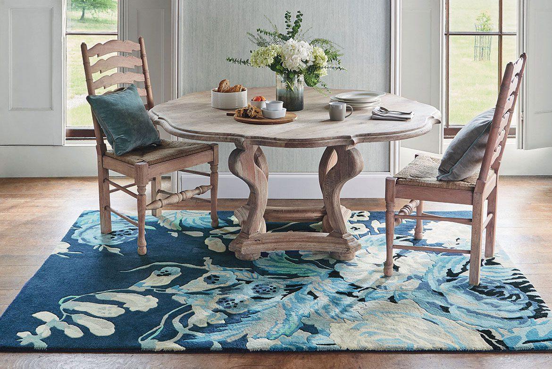 drewniane krzesła i stół na niebieskim dywanie