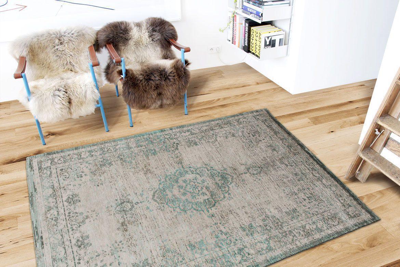 futrzane fotele i dywan w centrum