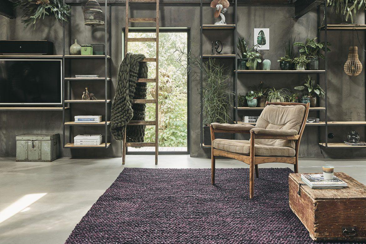 proste wnętrze z fioletowym dywanem