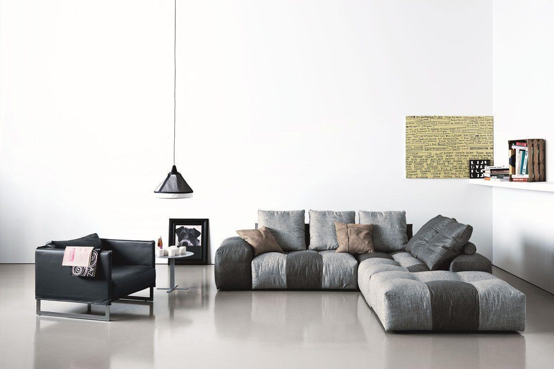 szarobrązowa kanapa z czarnym fotelem