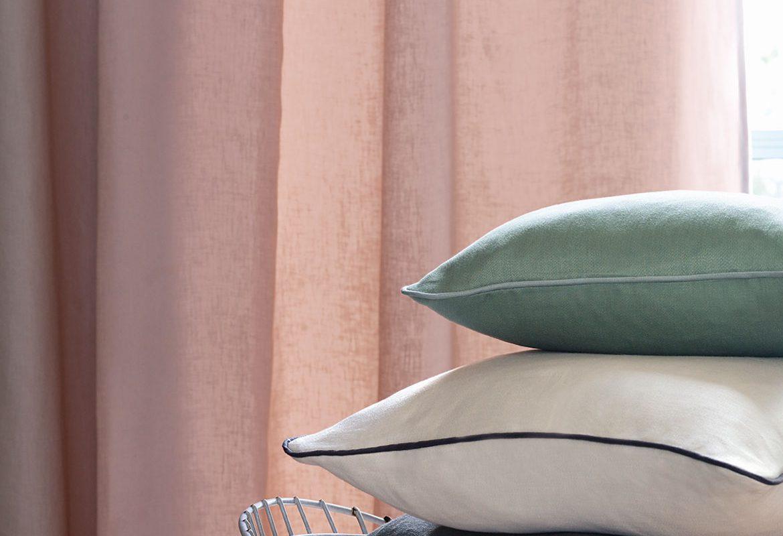 poduszki z gładkiej tkaniny